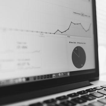 zdjęcie laptopa ze statystykami strony internetowej
