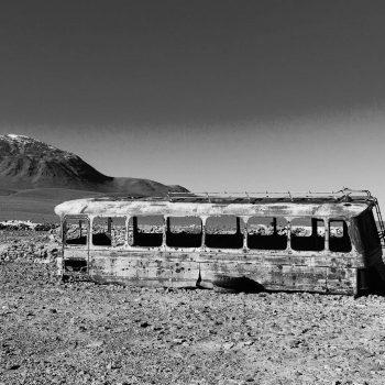 zdjęcie opuszczonego autokaru na pustyni