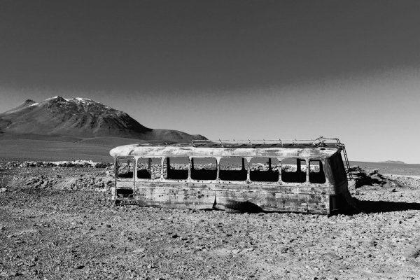 zdjęcie opuszczonego autokaru napustyni
